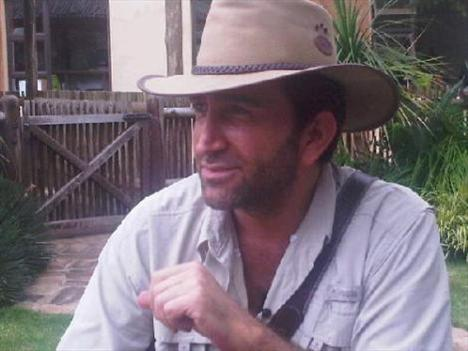 NİHAT ODABAŞI  Ünlü fotoğrafçı Nihat Odabaşı, Afrika gezinde çekildiği bir fotoğrafı profil resmi olarak kullanıyor.