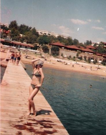 Ekranların lolita güzeli Pelin Karahan, yıllar önce çekilmiş tatil fotoğrafını da facebooktaki sayfasında paylaştı.
