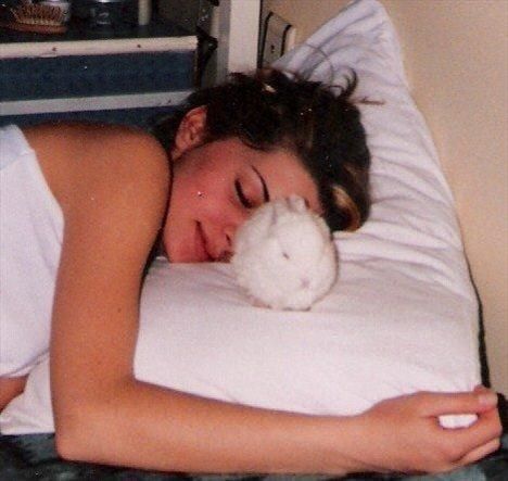 Güzel oyuncu uyurken bile tavşanının yanından ayırmıyor.