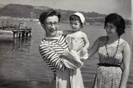 Sevinç Erbulak yıllar önce babası Altan Erbulak'ın kucağındayken...