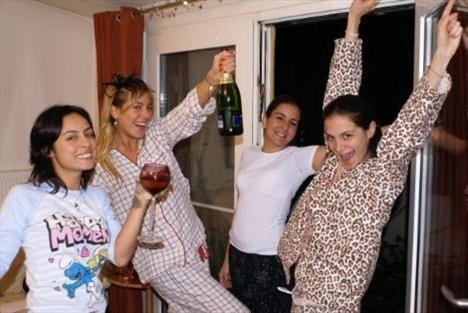 Sinem Kobal'ın Hepsi kızlarıyla birlikte verdiği pijama partisi objektiflere böyle yansıdı.