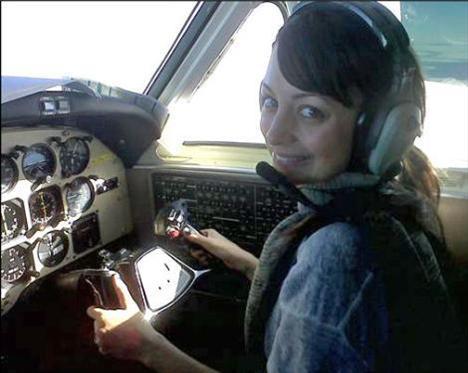NICOLE RICHIE  Pilotluğa soyunan Nicole Richie, bu denemesini fotoğraflarla ölümsüzleştirdi.