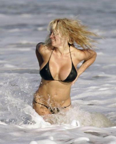 Ünlü güzellerin plajdaki halleri.