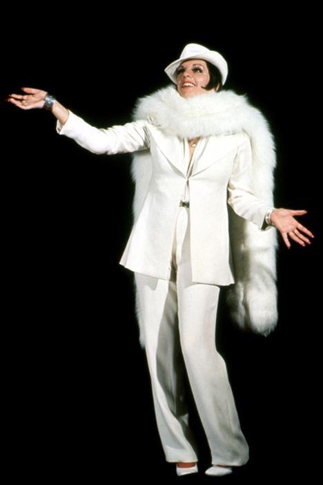 Liza Minnelli 1946  Uzun kirpikleri, dramatik küt saç kesimi ve teatral giysileri zamanla Liza Minelli'nin imzası haline geldi.