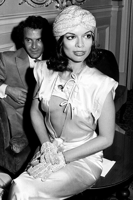 Bianca Jagger 1945  Nikaragua doğumlu aktivist Bianca, 1971 yılında St. Tropez de Mick Jagger ile evlenirken giydiği beyaz takım elbisesiyle bütün moda kurallarını yıktı. Bianca Jagger sadece 70'lerin modasını giymekle kalmadı, aynı zamanda modayı yaşadı. Studyo 54 ile apayrı bir moda yarattı. YSL ve Halston ile olan yakın arkadaşlıklarıyla hem bir ilham perisi, hem de model oldu.