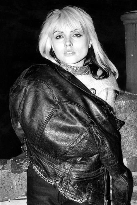 Debbie Harry 1945  Blondie's Heart Of Glass 70'lerin sonunda yayınlanmaya başladığı andan itibaren bütün genç kızlar Debbie Harry'nin sarı saçlarını, kırmızı rujlarını, leopar desenli giysilerini ve aykırı disco stilini taklit eder oldular.