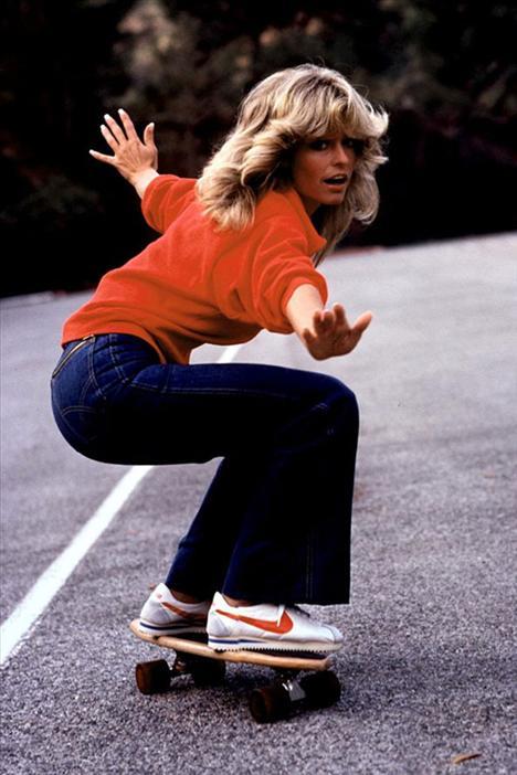 Farah Fawcett 1947-2009  Düğmeli kazaklarından gömleklerine, yüksek belli pantolonlarından spor ayakkabılarına, Farah Fawcett sadece beyaz perdenin ikonu olmakla kalmadı, aynı zamanda 70'lerden bu güne kadar uzanan bir stilin de esin kaynağı oldu. Saçları bile bir zamanların gençliğinin olmazsa olmazıydı. Farah Fawcett'in kırmızı bir mayoyla verdiği poz da, 12 milyondan fazla satılarak, en fazla satılan poster oldu… 70'lerin modası günümüzde yeniden trendy olduğu için, Fawcett'in fotoğrafları şimdilerde tasarımcıların en büyük ilham kaynaklarından.
