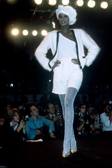 """Iman 1955  Eğer Yves Saint Laurent gibi büyük bir tasarımcı, bütün moda topluluğunun içinden bir kişihi """"rüya kadın"""" ilan ederse, o kişiye ilgi göstermekte fayda vardır. Iman da bu ilgiyi karşılıksız bırakmadı. 70'li yıllarda bütün büyük tasarımcılar; Halston, Gianni Versace, Calvin Klein, Issey Miyake and Donna Karan kıyafetlerini Iman'ın üzerinde sergilediler."""