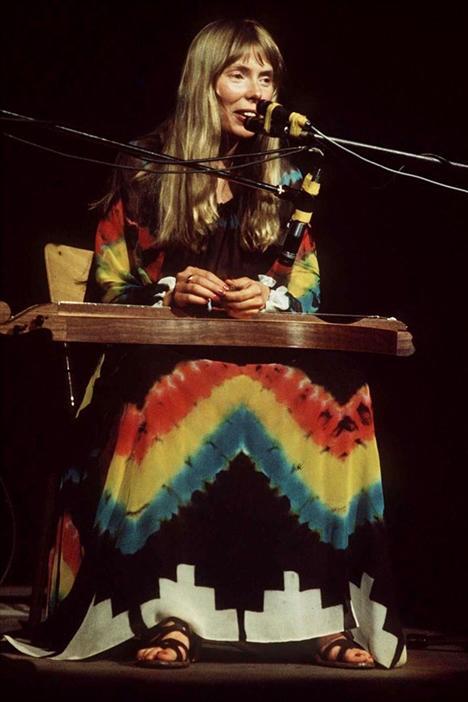 Joni Mitchell 1943  Kimse özgür ruhluluğu ya da çiçek kız imajını Kanadalı şarkıcı Jıni Mitchell kadar iyi benimseyemedi. Uzun dağınık saçları ve renkli elbiseleriyle hippie tarzını başarılı bir şekilde temsil eden stil ikonlarından biriydi.