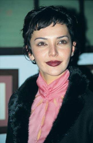 HANDE ÇOK FAZLA DEĞİŞMEDİ   Mum Kokulu Kadınlar adlı filmdeki cüretkar sahneleriyle dikkat çeken ve Antalya'da umut vaad eden kadın oyuncu ödülü alan Hande Ataizi de bir dizi estetik operasyon geçirdi.