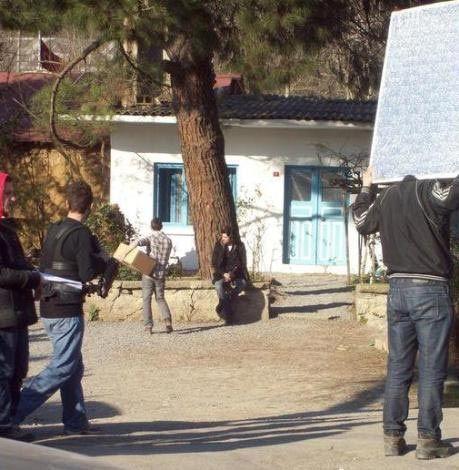 Sonra 2006 yılında Zeki Demirkubuz'un yönettiği Kader filminde yine yardımcı karakterlerden birini canlandırdı...