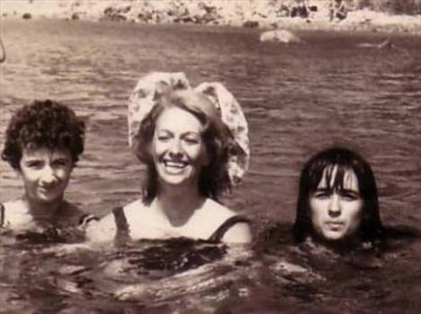 YEŞİLÇAM'IN EN CÜRETKAR YILDIZI  Bu siyah- beyaz fotoğraftaki üçlü TÜrkiye'nin popüler kültür tarihinin son 35 yıllık tarihine damga vuran bir anne ve iki kızı..   Kızlarını iki yanına alıp objektife gülümseyen bu kadın Türk pop müziğinin 'deli Aysel'i unutulmaz söz yazarı Aysel Gürel.   Sol yanındaki büyük kızı Mehtap, sağ yanında gülümseyen ise küçük kızı Kamile Suat Ebrem, yani herkesin tanıdığı adıyla MÜjde Ar. Ar, geçen hafta bir TV kanalında hazırlayıp sunduğu programında söylediği 'Oynadığım 80 filmin 69'ında ırzıma geçildi. Faruk Peker ile oynadığım 'İffet' filmindeki o cam sahnesi en aklımda kalanı. Gençlik benim cam sahnemle büyüdü. Gel de bu gençlikten hayır bekle. İtiraf ediyorum; Türkiye'nin ahlakını ben bozdum' cümlesiyle gündem yarattı.   İşte bu fotoğrafın çekildiği 1964 yılında bir tatil sırasında objektiflere poz veren genç kızın günümüze uzanan öyküsü.