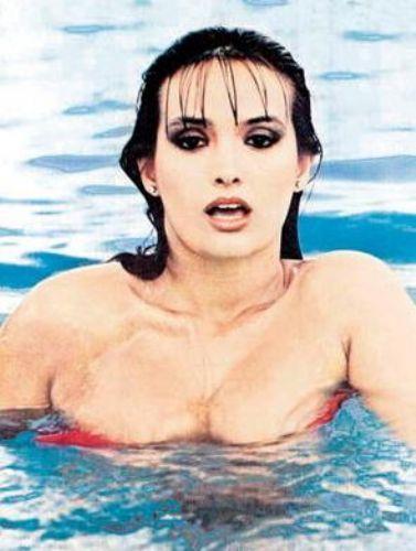 Kolonya reklamıyla dikkat çeken bu genç kız, bir süre mankenlik ve tiyatro oyunculuğu yaptı.   Daha sonra Türk TV tarihinin ilk yerli dizisi olan Aşk-ı Memnu'da Bihter rolüyle şöhret basamaklarını hızla tırmandı. 1975 yılında Babacan adlı filmle sinemaya adım attı.