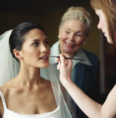 Gelin makyajı mevsime göre nasıl değişiklik gösterir?  Mevsime göre değişebileceği gibi düğünün yapılacağı mekana göre de düğün makyajı değişiklik gösterir. Mekanın kapalı ya da açık olması da makyajı belirleyen bir diğer unsurdur. Açık mekanda yapılacak bir düğünde, gelin makyajında kullanılacak renklerin soft olmasına dikkat edilmelidir. Kapalı mekanlarda ise simli makyajlar daha fazla tercih edilmelidir.