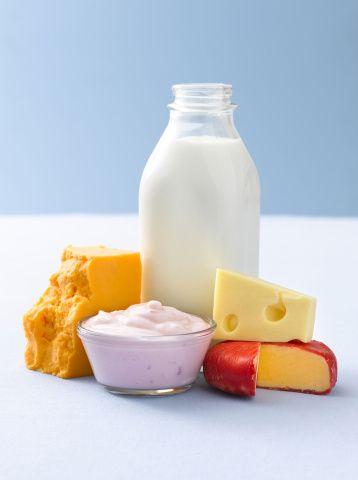 DÜZENLİ KALSİYUM ALIN  Her gün yeterli miktarda kalsiyum almaya özen gösterin. Gün boyunca iki su bardağı süt ve iki kibrit kutusu kadar peynir tüketmelisiniz. İleri yaşlardaysanız az yağlı süt tercih edin. Menopozdaki kadınların günde 1200 miligram kalsiyum alması gerekiyor.