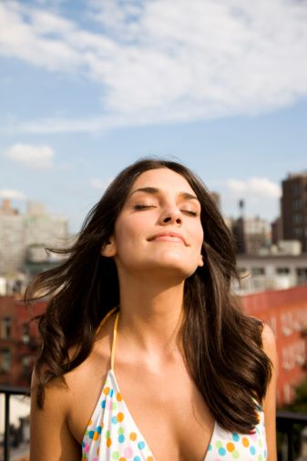 15 DAKİKA GÜNEŞLENİN  Güneş iki ucu keskin kılıç gibidir… Fazlası cilt kanserine neden olabiliyor, diğer taraftan da vücudumuza gerekli olan D vitaminin oluşmasında anahtar rol üstleniyor. Bu nedenle her gün düzenli olarak 10-15 dakika güneşten faydalanın. Ayrıca sabah güneşe çıkmanız, gece rahat uyumanıza da yardımcı oluyor.