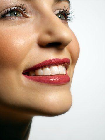 FLOR ALIMI DİŞLERİNİZ İÇİN ÖNEMLİ   0-3 yaşta yeterli flor alımının yeterli olmasının gelecekte oluşacak diş çürümelerini önlediğini ispatlayan yayınlar bulunmaktadır. Flor alımı suyla gerçekleşmektedir, bu dönemde yeterli alınan flor dişlerin çürüğe karşı direncini artırmaktadır… Bunun dışında koruyucu diş hekimliği tedavisinde, jel veya gargara şeklinde kullanılarak, bakterilerin asit üretmesini engelleyerek, diş çürümelerini azaltmaktadır. Ferah nefes bir nefes için de Nas Oral ağız gargarası kullanılabilir.
