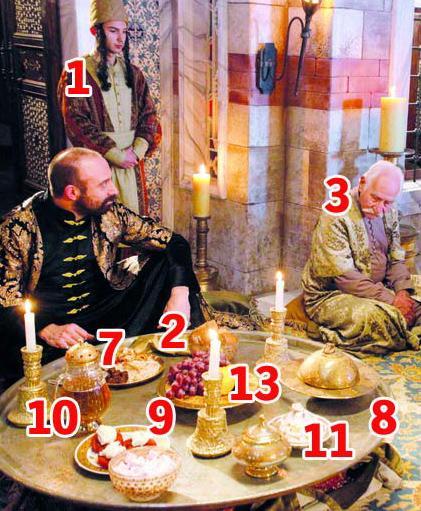 3- OTURMA DÜZENİ  TURGUT KUT: Kimse sofrada padişaha arkasını dönerek yemek yiyemez .  ÖZGE SAMANCI: Yemekte sultana eşlik edenler var. Bu mümkün değil. II. Mehmet'ten itibaren sultanın yalnız yemek yemesi kanunlaştırılmıştır.  4- MUMLAR  TURGUT KUT: Masadaki mumlar dönemi yansıtmıyor. Mum tavana asılır, etrafı öyle aydınlatırdı. Sofrada bir rakı bir de çatal bıçak eksik kalmış!  5- BARDAK  TURGUT KUT: Sünnet çocuklarına hediye edilen bardaklara benziyor.