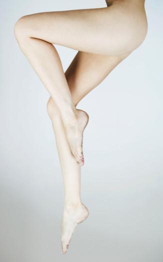 Diz arkası kıvrım bölgesinden yapılan yaklaşık 3-4 cm uzunluğundaki kesiden silikon protezler bacak içindeki kasın üzerine kas fasyasının altına yerleştirilir. Hastanede kalış süresi bir gündür. İlk birkaç gün yürüyüşün ve ayakta kalışın kısıtlanması gerekiyor. Bir ay süreyle diz altı varis çorabı giyilmesi de ödemin kontrolü açısından önem taşıyor. 1,5-2 ay sportif etkinliklerden uzak durulması gerektiği de belirtiliyor.