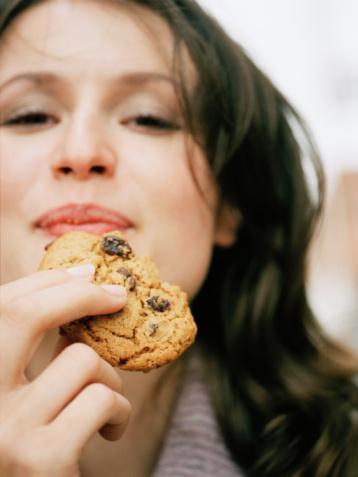 70 kiloluk biri gibi yiyorsun. Duraklama nedeni: Evet, fazla kilolarını verirsen bisiklet üzerinde çok iyi görünürsün. Ama bu aynı zamanda yakabileceğin kalorinin de azaldığı anlamına gelir. Acı ama gerçek: Bazal metabolizma hızı, vücudunun yaşamını sürdürebilmesi için ihtiyaç duyduğu kalori miktarıdır. Eski kilona göre yemeye devam edersen duvara toslarsın.
