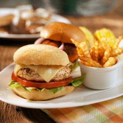 GORGONZOLA PEYNİRLİ HİNDİ BURGER 1 kilo yağsız hindi kıyması  90 gr Gorgonzola peyniri, doğranmış  120 gr kurutulmuş domates, doğranmış  2 diş sarımsak, ezilmiş  2  tatlı kaşığı kimyon  2 tatlı kaşığı ayçiçeği yağı  6 adet tam tahıllı hamburger ekmeği  6 çorba kaşığı barbekü sos  Kıyılmış kırmızılahana (isteğe göre)