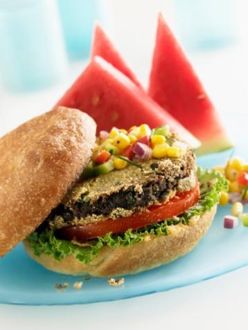 MEKSİKA FASULYELİ YULAFLI BURGER 570 gr Meksika fasulyesi, süzülmüş ve durulanmış  400 gr mantar, dilimlenmiş ¾  su bardağı sade yulaf ezmesi 2 diş sarımsak, kıyılmış 1 yumurta, hafifçe çırpılmış 1 çorba kaşığı kimyon ½  tatlı kaşığı taze çekilmiş karabiber 2 tatlı kasığı ayçiçeği yağı 6 adet tam tahıllı hamburger ekmeği  6 çorba kaşığı baharatlı hardal  1 adet domates, dilimlenmiş  250 gr bebek ıspanak