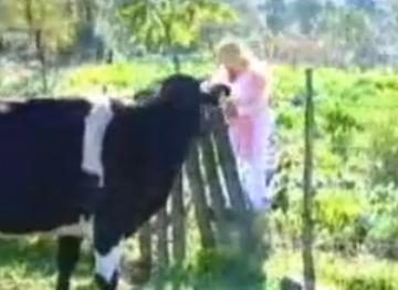 Çiftlik hayatına adapte olamayan Alkan bir bölümde tarladan bitki toplarken yanına giden inekle konuşmaya başladı. Bu da uzun süre gündemde kaydı ve espri konusu oldu.