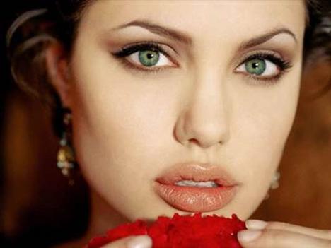 Hollywood'un en güzel yüzlü aktrislerinden olan Angelina Jolie'nin alın bölgesine botoks yaptırdığı iddialar arasında. Ancak güzel yıldızın dolgun dudakları doğal.