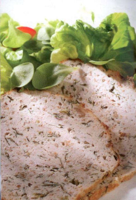 Ev yapımı tavuk salamı Kolay hazırlanan bu nefis tavuk salamını ince dilimleyerek sabah kahvaltısında, biraz daha kalın dilimleyerek normal öğünlerde servis yapabilirsiniz  8 -1O kişilik Kişi başı kalori değeri: 244 kalori Kişi başı yağ miktarı: 7.75 gr  Malzemeler:  2 diş sarımsak, Tuz,  karabiber,  1 adet yumurta,  4 dilim kepekli ekmek, 1,5 kg yağsız tavuk eti  Yapılışı •Sarımsakları ezin ve havanın içinde biraz tuz ile ezip püre haline getirin. Kıyılmış maydonozu ekleyip ezmeye devam edin.  Üzerine yumurtayı kırın, bolca karabiber, zeytinyağı ve yarım su bardağı su ekleyin.  •Ekmek dilimlerini mutfak robotuna koyup kıyın. Tavuk etlerini yıkayın ve mutfak havlusu ile iyice kurulayın.  Makinedeki ekmeklerin üzerine koyup iri parçalar halinde kıyın.  •Tüm malzemeyi derin bir kapta karıştırın yapışmaz yüzeyli bir somun şeklinde ekmek pişirme kabının içine bastırarak yerleştirin.  •180'C ısıtılmış fırında 45 dakika pişirin. Soğumasını bekleyip dilimleyerek servis yapın.