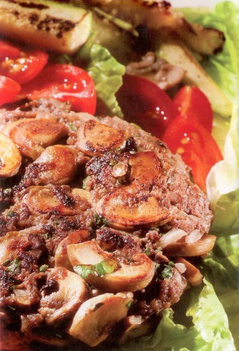 Mantarlı köfte ve kabak cips Ekmeksiz köfte yapmak için çözüm yolları arandığında kavrulmuş mantar çok lezzetli bir seçenektir. Mantar, baskın olmayan ancak kendine bas tadı ile köftenin içinde dengeli bir yumuşaklık sağlar. Kabağı ise biç böyle yemediniz. Bu tarifle kabakla yeniden tanışmakta olduğunuzu düşünebilirsiniz.   2 kişilik Kışı başı kalori değeri: 286 kalori  Kişi başı yağ miktarı: 13,7 gram  Malzemeler:  200 gr beyaz mantar, 1 yemek kaşığı zeytinyağı, 200 gr yağsız dana kıyması, 2 yemek kaşığı kıyılmış maydanoz, 1 adet kuru soğan, Tuz, karabiber, 400 gr kabak  Yapılışı: •Mantarları temizleyip ince ince doğrayın ve zeytinyağı ile birlikte tavada kavurun. Tuz ve karabiber ile karıştırıp soğumaya bırakın.  •Soğanı rendeleyin. Kıyma, tuz, karabiber, maydanoz ve mantarları karıştırıp köfteler hazırlayın. Yapışmaz yüzeyli tavada pişirin.  •Kabakları kabuğunu soymadan fırçalayarak temizleyin ve kâğıt havlu ile kurulayın. Parmak kalınlığında doğrayın.  •Kalın tabanlı bir çelik tavayı boş olarak ateşe oturtun, iyice kızmasını bekleyin. Kabakları kızgın boş tavaya atıp silkeleyerek 1O dakika pişirin. Servis tabağına alır almaz, üzerine tuz serpip karıştırın. Köftelerle birlikte servis yapın.