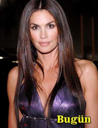 40 yaşını aşmasına rağmen model zamana karşı güzelliğinden hiç taviz vermemeye kararlı görünüyor.