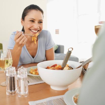 İkizler  Öncelikle potasyum Klorid; bu şekilde kan hücreleri ve dokuları takviye edilebilir. Akciğerler ve bronşlar hassas olduğundan bu mineralin yararı çoktur. Özellikle, ıspanak, yeşil fasulye, domates, kereviz, havuç, kuşkonmaz, portakal, şeftali, erik, armut ve pirinç bu yönden yararlıdır.   Sinirsel gerilimleri dengelemesi açısından greyfurt, badem, balık, üzüm suyu, elma ve kuru üzüm etkindir. Kalsiyum gereksinimlerini süt, tereyağı ve köy peynirlerinden alabilirsiniz.   Yerken konuşmayı çok sevdiği için fazla gürültüyü sevmez. Ama okurken veya tv izlerken atıştırmayı da çok sever. Bir İkizler'in sıradan bir istasyon büfesinde dahi keyifle birşeyler yediğini görebilirsiniz.    İkizler, insanları görkemli sofralardan pek hoslanmazlar çünkü onlar için önemli olan pratikliktir. Bir an evvel yemelidirler.  Sebzelerden şalgam, rezene, kuzu kulağı, anason onlar için uygundur.