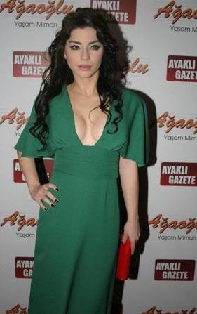 Dizideki performansıyla Ayaklıgazete.com'un düzenlediği 2010 Yılı Televizyon Yıldızları Ödülleri'nde Umut Vaad Eden Kadın Oyuncu seçildi.
