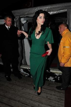 Boluğur, geceye yeşil elbisesi ve derin dekoltesiyle damgasını vurdu.
