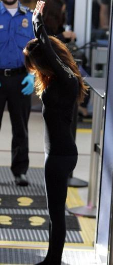 Eva Longoria hava alanında Dünyanın her yerinde özellikle de ABD'de 11 Eylül saldırılarından sonra havaalanlarında güvenlik kontrolleri en üst seviyeye çıkarıldı.