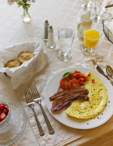 PAZARTESİ  Kalkınca: 1 bardak su  Kahvaltı:1 yumurta ve 1 ceviz ile hazırlanmış omlet. 1 ince dilim tam tahıllı ekmek, yağsız maydanoz ve tere salatası. 1 bardak taze sıkılmış portakal suyu  Ara:1 fincan şekersiz melisa çayı  Öğle:100 gr haşlanmış tavuk göğsü. 1 kase domates soslu makama, 1 bardak light ayran  Ara:1 adet orta boy elma. 5 adet badem  Akşam: 1 kepçe zeytinyağlı türlü, 1 çay bardağı light yoğurt, 2 dilim tam tahıllı ekmek  Ara:1 bardak light süt