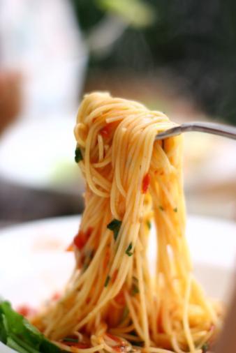 CUMA  Kahvaltı:  2 adet üçgen light peynir. 5 adet siyah zeytin, yağsız söğüs salata, 2 adet etimek, şekersiz çay  Ara: ½  kivi. ½  portakal ve ½  elmadan oluşan meyve salatası  Öğle: 1 kepçe kıymalı spagetti  (60 gr. kıymalı). 1 bardak light ayran. 1 küçük kase yağsız salata  Ara: 1 kutu meyveli probiyotık yoğurt. 1 adet grisslni  Akşam: 250 gr. ızgara balık. 1 orta boy haşlanmış patates. 1 tatlı kasığı yağ ve limon eklenmiş yesıl salata  Ara: 1 fincan sekersiz ıhlamur çayı. 1 çorba kasığı kuru üzüm.