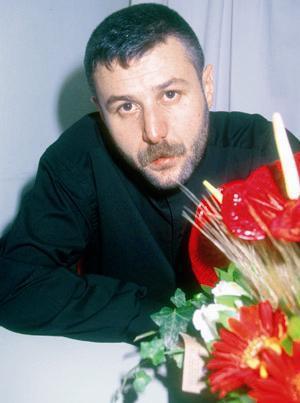 """AZER BÜLBÜL  Şarkıcı Azer Bülbül de bir zamanlar uyuşturucunun pençesindeydi. Hatta komaya girmişti.   Ancak Bülbül, tedavi gördükten sonra yaptığı açıklamada """"Uyuşturucuya tövbe ettim"""" dedi."""