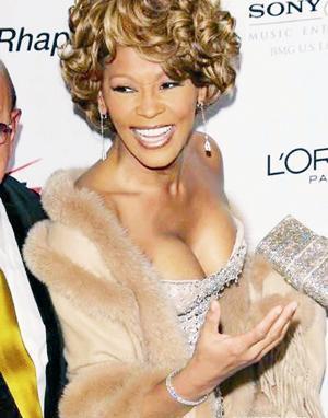 WHITNEY HOUSTON  Yıllar öncee permalı saçlarıyla zıplayarak şarkı söyleyen, 'Bodyguard' filmiyle ününün ve performansının zirvesine ulaşan billur sesli Whitney Houston, uyuşturucudan bir türlü kurtulamadı, uzun süre tedavi gördü.