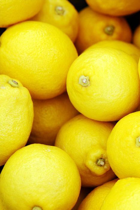 1. Limon  Limon özellikle ünlüler tarafından en iyi detoks yiyeceği olarak kabul ediliyor. Oldukça yüklü bir C vitamini kaynağı olmasının yanı sıra, limon vücudunuzun PH ve asit – alkali değerlerini dengede tutmaya yarıyor. Bu demektir ki, vücudunuzda faydalı bakteriler daha kolay üreyebilecek ve dışarıdan aldığınız zararlı maddeler kolaylıkla atılabilecek. Sabahları çayınızın içine bolca limon sokmaya başlayın, bakalım değişkliği fark edebilecek misiniz?