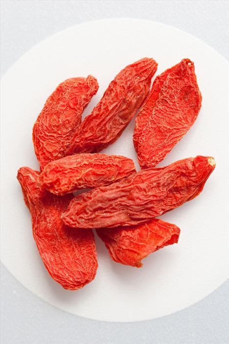 3. Kurt Üzümü Bu elips şeklindeki küçük kırmızı meyveler genellikle kurutulmuş şekilde satılıyor.Bu küçük meyveler içinde vitaminler, beta karotenkler ve kansere karşı bağışıklığı arttıran maddelerle dolu küçük kırmızı bombalar gibiler. Antioksidan etkisi için ise günde bir avuç kurt üzümünü atıştırmalık olarak yiyebilir veya sabah yediğiniz yulafınızın içine katabilirsiniz.