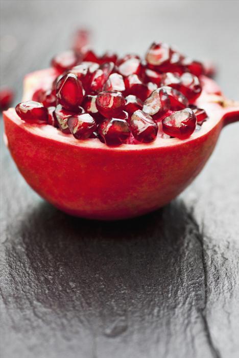 4. Nar Antioksidan olarak çok kuvvetli bir meyve daha. Mücevher görünümlü her küçük tanecik, flavenoidslerin yanı sıra A, C, E vitaminleri, folik asit ve demir içeriyor. Ayrıca cildinize de çok iyi geliyor.