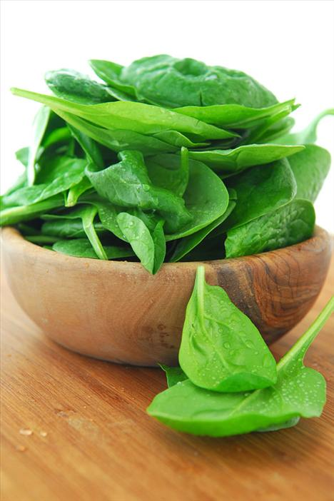 5. Yeşil sebzeler İşte annenizin size sürekli yeşil sebzeler yedirmek istemesinin nedeni; lifleri sayesinde sindirimi ve dolayısıyla toksinlerden kurtulmanızı kolaylaştırdığı gibi; A, C,E vitaminleri ve demir bakımından da çok zenginler. Bu sebzelerden en fazla besin değerini almak için, çiğ olarak ya da salata formunda tüketmeye çalışın.
