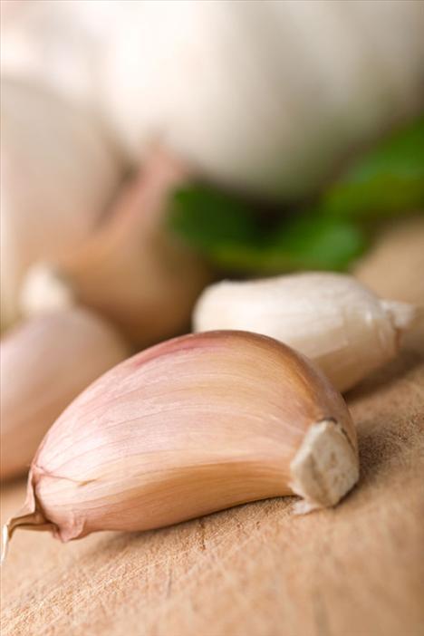 6. Sarımsak Nefesinizi biraz kokutuyor olabilir ama sarımsak sağlığınız için çok faydalıdır. Her bir dişi oldukça fazla antioksidan içermesinin yanı sıra aynı zamanda allicin adlı maddeyi doğal olarak içinde taşır. Bu madde vücudunuzda antioksidan etkisi görür.