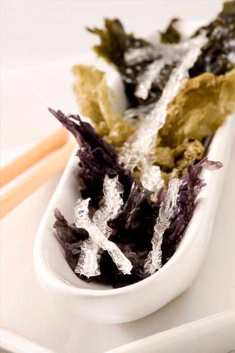 12. Yosun Yosunun yüzyıllardır Japon Mutfağı'nın vazgeçilmez besinlerinden biri olmasının iyi bir nedeni var.. . Yosun içinde başta magnezyum, olmak üzere 25 farklı vitamin ve mineral barındırıyor.