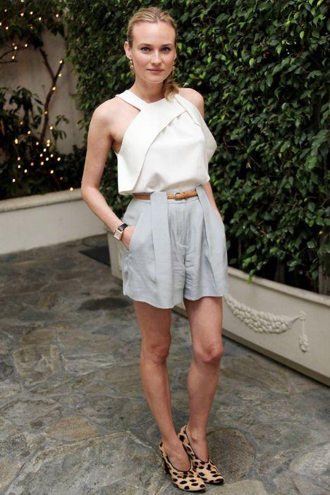 Kimden ilham aldık? Diane Kruger Neyi beğendik? Giysisinin retro-lüks görünümüne bayıldık. Açık renklerde ve benzer materyallerdeki şort ve bluzu, şık davetlerde de güvenle giyilebilir.