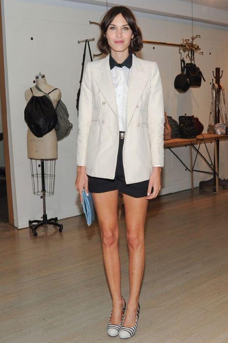 Kimden ilham aldık? Alexa Chung Neyi beğendik? Akıllı görünüm diye tam olarak bunu kastediyorlar işte. Bir iş yemeğine ya da çok şık giyinmemeniz gereken ortamlarda iyi kesim kumaş şortlarınızı, blazerınızla tamamlayabilirsiniz.