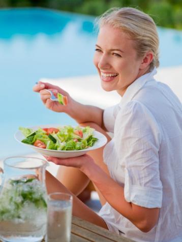 Yağ oranı düşük, hafif ve lifli gıdalar alın. Az yağlı salata, haşlanmış beyaz et, zeytinyağlılar ve haşlanmış sebze gibi...