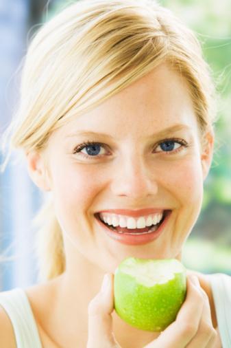 Yaza girmeden önce posa tüketimini artırmanızda yarar var. Meyve ve sebzeleri bol tüketmeyi, meyveleri mümkünse kabuklarını soymadan yemeyi tercih edin.
