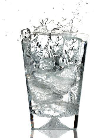 Beslenme uzmanları, özellikle bahar ve yaz aylarında sıvı gıda tüketilmesini önerir. Bunun nedeni ise vücudun, aşırı sıcak ortamlarda terlemeyle su ile birlikte tuz kaybetmesidir. Günde en az 2,5- 3 litre su içmeyi alışkanlık haline getirin. Sabah kalktığınızda iki bardak su ile güne başlayın. Yemeklerden önce su için, böylece erken tokluk hissi duyarsınız. Yaz aylarında artan mineral ihtiyacının karşılanması için tüketilen soda miktarının da kontrollü olması gerekir. Günde 1 bardaktan fazla soda tüketmekten kaçının.